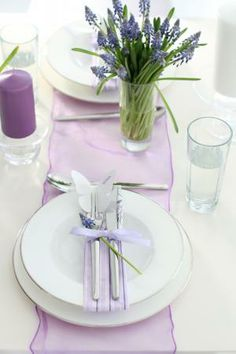 Coordinated runner and ribbon/napkins Lavender Cottage, Table Setting Inspiration, Simple Elegant Wedding, Purple Rooms, Beautiful Table Settings, Christmas Tablescapes, Pretty Designs, Deco Table, Dream Decor
