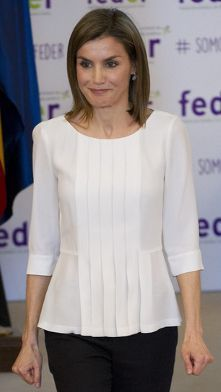 Queen Letizia attends World Rare Disease Day ceremony 2016 Fashion Line, Women's Summer Fashion, Blouse Styles, Blouse Designs, Stylish Dresses, Fashion Dresses, Trajes Business Casual, Only Shirt, Fashion Corner