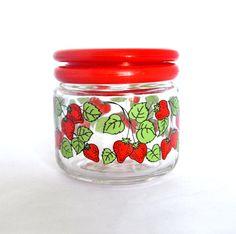 Si vous avez une cuisine sur le thème fraise, alors vous allez certainement avoir besoin de jeter un oeil à ce charmant pot verre fraise. Il a un
