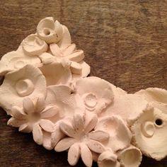 Il gioiello prima della ceramizzazione...Candida la terraglia bianca appena cotta pronta per essere calata nelle cristalline!
