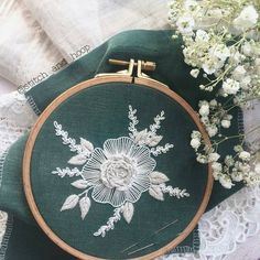 """8,096 Likes, 29 Comments - 🄷🄰🄽🄳🄼🄰🄳🄴 ⚪🄴🄼🄱🅁🄾🄸🄳🄴🅁🅈 (@handmade.embroidery) on Instagram: """"Автор @stitch_and_hoop  #цветы #flowers #flower #embroidery #stitching #вышивка #ручнаявышивка"""""""