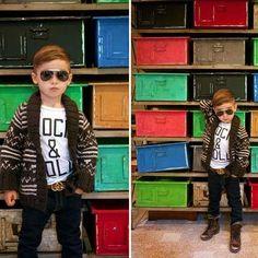 Alonso Mateo: fotos del icono de moda de 5 años - Alonso Mateo con gafas de sol chaqueta de punto y botas