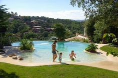 Pour une plage dans le jardin - Les 15 plus belles piscines des Trophées de la piscine - CôtéMaison.fr