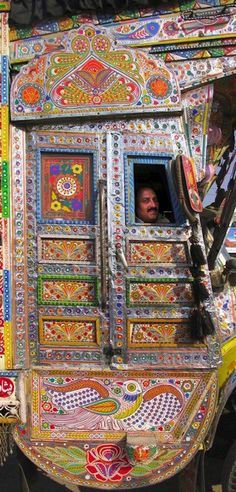 Pakistani Truck Art -Share this amazing art form with your children and students. Check out all 20 of these stunning photos. Sgraffito, Truck Art Pakistan, Indigenous Art, Elementary Art, City Lights, Art Cars, Amazing Art, Amazing India, Folk Art
