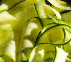 Courgettelinten met perzik op BBQ    1.Steek de courgettelinten accordeongewijs op stokjes en wissel af met stukjes perzik.  2.Meng de olijfolie met knoflook, munt, peterselie, peper en zout en strijk de brochettes in.  3.Gril tot de courgette gaar is.   4.Mix 60 gr cashewnoten met rest van (2)  voeg water of boullion en limoensap toe tot je een  romige dressing krijgt.