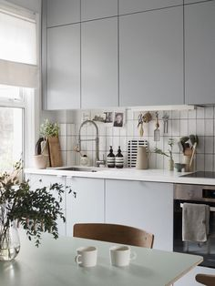 How does our childhood home influence our interior style? Minimalist grey kitchen with monochrome details. Scandinavian home. How does our childhood home influence our interior style? Grey Kitchen Interior, Grey Painted Kitchen, Kitchen Decor, Skandi Kitchen, Interior Rugs, Free Kitchen Design, Modern Kitchen Design, Home Interiors And Gifts, Cuisines Design