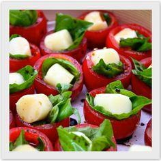Tomates recheados com palmito temperadinho banhados em molho pesto
