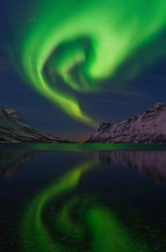水に映るオーロラの渦、ノルウェー