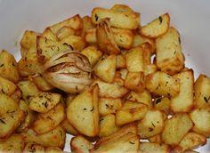 Deliciosii cartofi la cuptor cu rozmarin cimbru si usturoi se pot servi ca atare langa o salata mixta, sau ca si garnitura alaturi de orice tip de friptura.