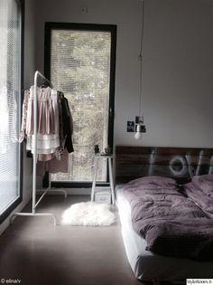 """Jäsenen """"elinavhjylkk"""" makuuhuone huokuu industrial-tyyliä #makuuhuone #sisustus #industrial #inspiroivakoti"""