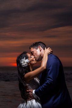 10 tips para obtener las mejores fotos de su primer beso como esposos. #Matrimoniocompe #Organizaciondebodas #Matrimonio #Novios  #TipsNupciales #CaminoAlAltar #MatriPeru #BodaPeru #PrimerBesoDeCasados #Pareja #Romantico #Amor #Beso #ReciénCasados #FirstKiss Couple Photos, Couples, Couple, Amor, Just Married, First Kiss, Kisses, Wedding Dresses, Grooms