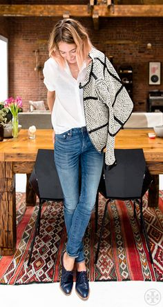 Weekend Casual: Caroline Ventura in a print jacket, white shirt, skinny jeans & oxfords Fashion Mode, Look Fashion, Fashion Trends, Street Style Outfits, Casual Outfits, Looks Style, Style Me, Style Blog, Estilo Boyish
