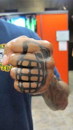 Tattoos auf den Fingern werden im Englischen auch Knuckel-Tattoos genannt. Diese Motive sind zwar superklein aber dennoch eigentlich nur etwas für alte Szene-Hasen. Finger, Hände und Gesicht sollten nämlich bei Tattoo-Neueinsteiger für den Anfang eher tabu sein. . . . . .…