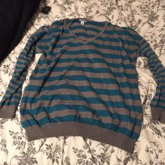 V-Neck sweater Only worn twice. Like new! Old Navy Sweaters V-Necks
