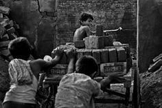 """""""Fallen Stars"""" Shafik e outras crianças carregam tijolos Pelo fotógrafo bangladeshiano MD Shahnewaz Khan"""