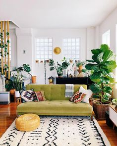 49 Inspiring Small Living Room Decor Ideas - Many Americans are downsizing their homes due to the bad economy. This presents new design challenges to people who may not be used to living in small. Living Room Green, Boho Living Room, Small Living Rooms, Living Room Designs, Living Room Decor, Living Spaces, Bohemian Living, Modern Living, Hippie Bohemian