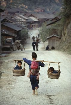 """ Entre les deux mon coeur balance...""/  Dong people. / Peuple Dong. /  Ghizhou. / China, Chine. / By Kazuyoshi Nomachi."