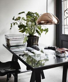 Inspiré des médailles olympiques, Void de @tomdixonstudio est un objet d'éclairage mystérieux. Cette suspension est fabriquée à partir de feuilles de laiton massif qui sont pressées, filées et brasées. Les doubles parois réfléchissent et adoucissent la lumière émise par une ampoule halogène dissimulée. Visitez notre site web pour plus de détails. Home Office Space, Office Workspace, Home Office Design, Home Office Decor, House Design, Home Decor, Garden Design, Desk Space, Design Hotel