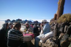 Having a picknick at the Isla del Pescado after a long drive through the Salar.