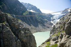 Este es el Puente Colgante Triftbrücke en Suiza, con una longitud de 170m que se alza a una altura de 100m sobre el sobre el valle del glaciar Trift... ¿Te atreverías?    ☀ Más info y reservas: ☀ HALCON VIATGES PINEDA DE MAR ✈ Teléfono: 93.762.52.63 ✈ Móvil: 662.04.81.35 ✈ Mail: martalorenzo@halcon-viajes.es