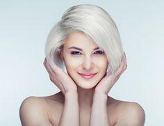 Du willst wissen, wie du deine Haare abmattieren und einen Gelbstich loswerden kannst? Hier erfährst du, wie das geht & welche Produkte du verwenden kannst.