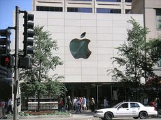 Apple Computer Inc. va ser fundada el 1976 per Steve Jobs, Steve Wozniak i Ronald Wayne, per a vendre un kit anomenat Apple I, format per una placa base amb processador, memòria i xips diversos, a 666,66 dòlars la unitat.