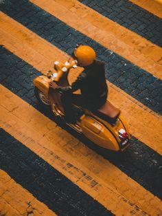 No Vespa: lo scooter italiano più amato Vespa Vintage, Motos Vintage, Scooters Vespa, Vespa Lambretta, Motor Scooters, Mobility Scooters, Piaggio Vespa, Service Auto, Car Repair Service