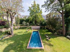 Le couloir de nage par l'esprit piscine 11 x 3 m Revêtement gris anthracite Escalier droit inversé Margelles en brique de terre cuite Trophée de Bronze FPP 2014 de la piscine familiale de forme angulaire