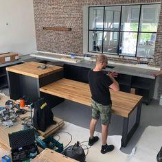 Jaja, Indusigns ontwerpt, maakt en installeert nu ook jouw nieuwe keuken op maat. Houd je van natuurlijke elementen zoals hout, staal en beton? Dan ben je bij ons op het juiste adres. Op de foto's zie je de installatie van een maatwerk keuken. Binnenkort het eindresultaat!