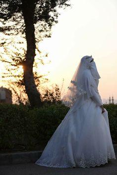 niqab bride Muslim Wedding Dresses, Muslim Brides, Prom Dresses, Wedding Veils, Wedding Bride, Hijab Dress, Marriage Life, Niqab, Muslim Fashion