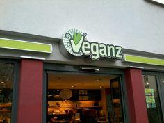 Ihr findet hier über 6.000 rein vegane Produkte: von Käseersatz, zu Fleischersatz bis zu leckeren veganen Salaten und Kuchen