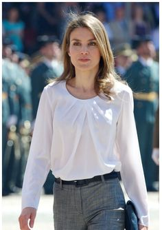 Queen Letizia of Spain Photos Photos - Princess Letizia of Spain attends a military event on July 2013 in Zaragoza, Spain. - Spanish Royals Attend a Military Event in Zaragoza Work Fashion, Fashion Beauty, Fashion Outfits, Womens Fashion, Princess Letizia, Queen Letizia, Hollywood Fashion, Royal Fashion, Business Outfits