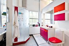 Trendivärit pinkki ja punainen näkyvät myös IDO-Kylpyhuonenäyttelyssä. #bathroom #bathroomdesign #interiordesign #homespa #scandinaviandesign #bathroomideas #bathroomsink #interiordecoration #toilet #sink #finnishdesign #bathroominspiration #ceramics  #bathroomidea #tap #washbasin #fauset #sanitary #porcelain #interiorideas #shower #showerhead #toiletseat #exhibition
