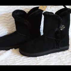 LISTING AEO BUTTONED COZY BOOT SIZE 10 -BRAND NEW NO BOX -SIZE: 10 -DESCRIPTION: GENUINE LEATHER UPPER; ANKLE BOOT FIT; SHERPA LINING; ONE BUTTON DETAIL; LOGO PATCH AT HEEL; PULL TAB; RUBBER OUTSOLE; LEATHER -IMPORTED -COLOR: BLACK    ️⚠️⚠️BARCODE CUT OFF TO PREVENT ANY RETURN⚠️⚠️⚠️    ⭐RATED SELLER  FAST SHIPPER NEXT DAY SHIPPING  ❌NO TRADE ❌NO PAYPAL  ✅BUNDLE OFFER American Eagle Outfitters Shoes Ankle Boots & Booties