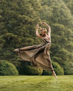 From the Archives: Ballet in Vogue - Vogue Daily - Fashion and Beauty News and Features Gisele Bundchen Photographed by Steven Meisel, Vogue, September 2004 Steven Meisel, Tee Kunst, A Well Traveled Woman, Poses Photo, Gisele Bündchen, Dance Like No One Is Watching, Dance Movement, Foto Art, Modern Dance
