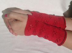 Rote Armstulpen mit Lochmuster von Pfiffiges aus Heu, Wolle und Holz auf DaWanda.com