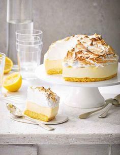 """Un gâteau aérien et ultra-citronné qui séduit avec sa base moelleuse, sa mousse onctueuse à base de curd citron, et sa meringue enivrante. Un délice de gâteau nuage à décliner avec n'importe quel agrume : citron vert, pamplemousse, orange, clémentine, ou orange sanguine.. Découvrez la préparation de la recette """"Gâteau nuage au citron meringué"""""""