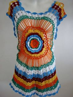 Uma saída de praia em crochê que pode ser usada como vest legging ou blusa alongada. Uma peça moderna, com uma linda combinação de cores e uma flor central dando um belo efeito à peça. Usado linha Bella nas cores: laranja, verde, branco, azul, bordô e amarelo.