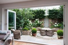 Awake since (body clock! ) which has given me chance to look at lots of inspiring homes & gardens. How pretty is this courtyard garden by Karen Rogers (KR Garden Design) Such a lovely idea for a small garden! Small City Garden, Small Courtyard Gardens, Small Courtyards, Small Space Gardening, Small Garden Design, Outdoor Gardens, Small Gardens, Small Garden Terrace Ideas, Small Garden Patios