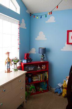 Cubre las paredes con nubes de Toy Story. | 33 Ideas mágicas para un cuarto de bebé temático de Disney