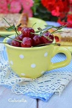 Gabriella kalandjai a konyhában :): Meggyes-diós macskaszem Moscow Mule Mugs, Minion, Tea Cups, Tableware, Dios, Dinnerware, Tablewares, Minions, Dishes