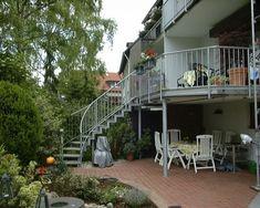 erh hte terrasse aus bangkirai mit holztreppe und. Black Bedroom Furniture Sets. Home Design Ideas