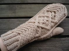 Chevalier - lapaset - In finnish and english with chart - free Knitted Mittens Pattern, Crochet Mittens, Knitted Gloves, Knit Or Crochet, Knitting Socks, Knitting Stitches, Knitting Patterns, Recycled Sweaters, Fingerless Mitts