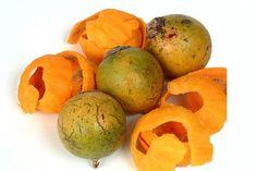 É um tipo de fruta da região amazônica, encontrada em grandes cachos, protegidos por espinhos. Essa fruta é muito nutritiva, 100 gramas de polpa equivalem a 52.000 unidades de vitamina A ou a dez frutas cítricas, vitamina C, fornecendo 247 calorias.