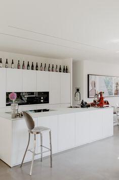 zu Besuch bei Katerina - ein modernes Hanghaus aus Sichtbeton Modern Kitchen Design, Modern Interior Design, Küchen Design, House Design, Apartment Interior Design, Kitchen Photos, Samsung, Minimalist Kitchen, Stone Tiles