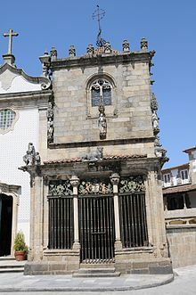 Capela dos Coimbras – Wikipédia, a enciclopédia livre Wiki Commons (vedi a fondo pagina) ha molte foto sulla Capela.