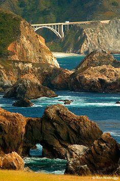 Si recorres la costa de California por la State Route 1 cruzarás el puente Bixby, al sur de Monterey y Carmel.