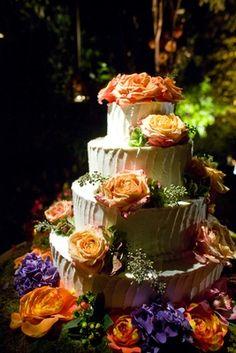 Pastel blanco con brillantes rosas frescas de color de naranja