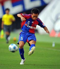 [ J1:第27節 F東京 vs 磐田 ] 今日も獅子奮迅の活躍をみせた長友(F東京)。後半37分にこぼれ球を押し込んで同点弾を決めると、終了間際には赤嶺の決勝点をアシストした。  2009年9月26日(土):味の素スタジアム