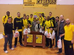 La afición del Xuven reúne el primero de los días de baloncesto solidario, 440 kilos de alimentos que fueron entregados a Caritas Cambados.